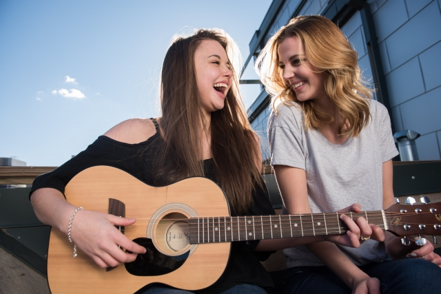 ギター、女性